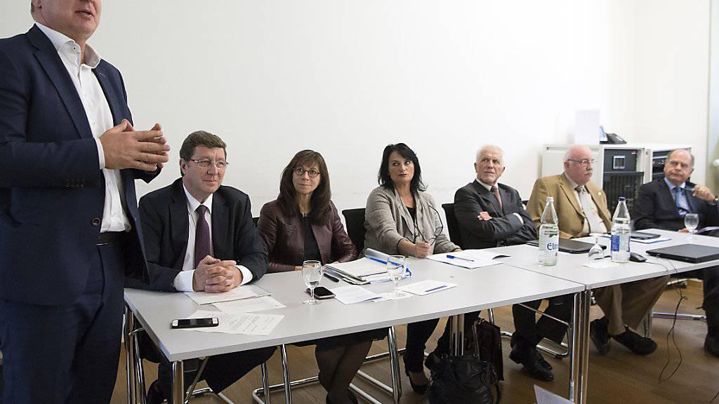 """Der Waadtländer SP-Staatsrat Pierre-Yves Maillard, links, hat am Freitag zusammen mit Vertretern des Initiativkomitees die Ziele der Volksinitiative """"Krankenversicherung. Für die Organisationsfreiheit der Kantone"""" erklärt. (KEYSTONE/Anthony Anex)"""