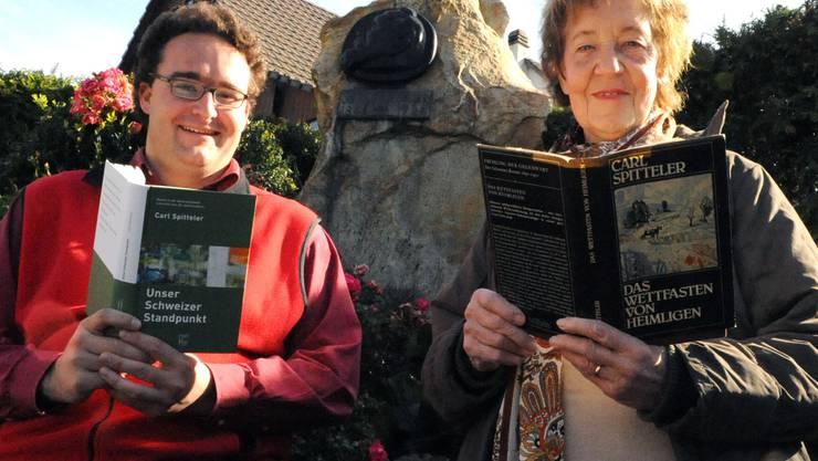 Spittelers Denkmal Lorenz Degen und Elisabeth Müller ehren Carl Spitteler mit dem Bewahren seines literarischen Schaffens durch das Lesen in der Gruppe. (Team Schwarz )