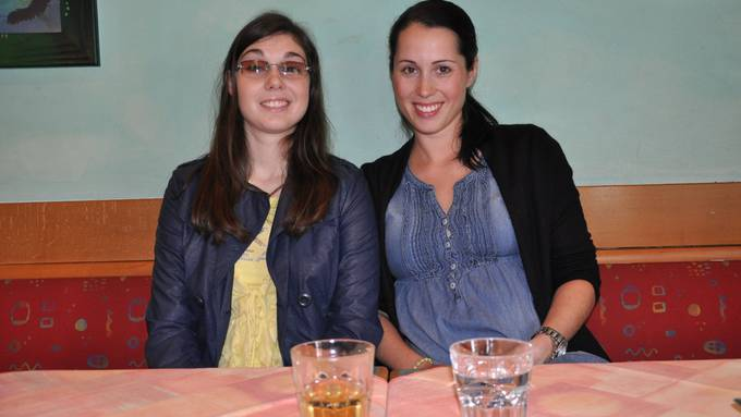Ihr Ziel ist es, Berufsmusikerin zu werden: Bernarda Brunovic (links) mit ihrer Schwester Manuela Tobler. bhi
