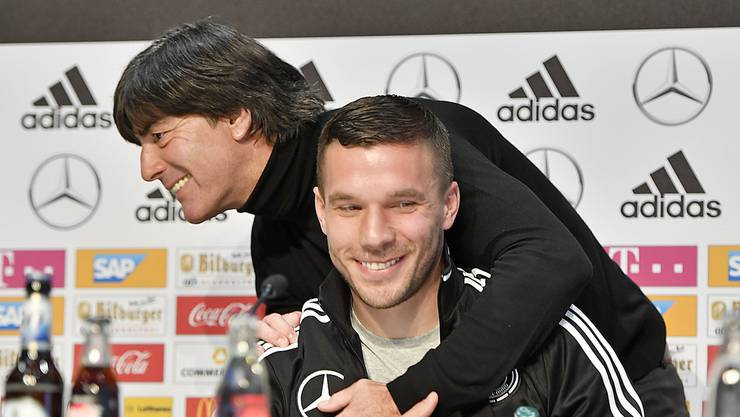 Jogi Löw wird sich von Lukas Podolski verabschieden müssen. Trotzdem liegt Humor in der Luft, wie fast immer, wenn Podolski im Raum ist.