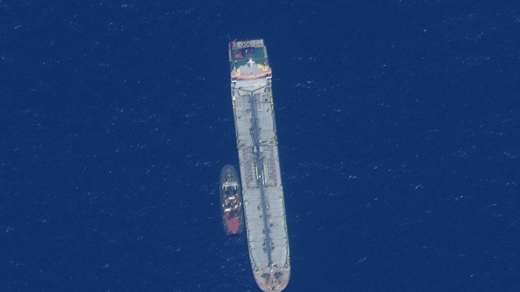 Ein von den USA veröffentlichtes Satelliten-Foto zeigt den Öltanker Kokuka Courageous im Golf von Oman zusammen mit einem anderen Schiff.