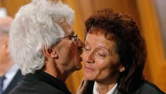 Andrea Hämmerle gratuliert 2007 der neugewählten Bundesrätin Eveline Widmer-Schlumpf. Peter Klaunzer/Keystone