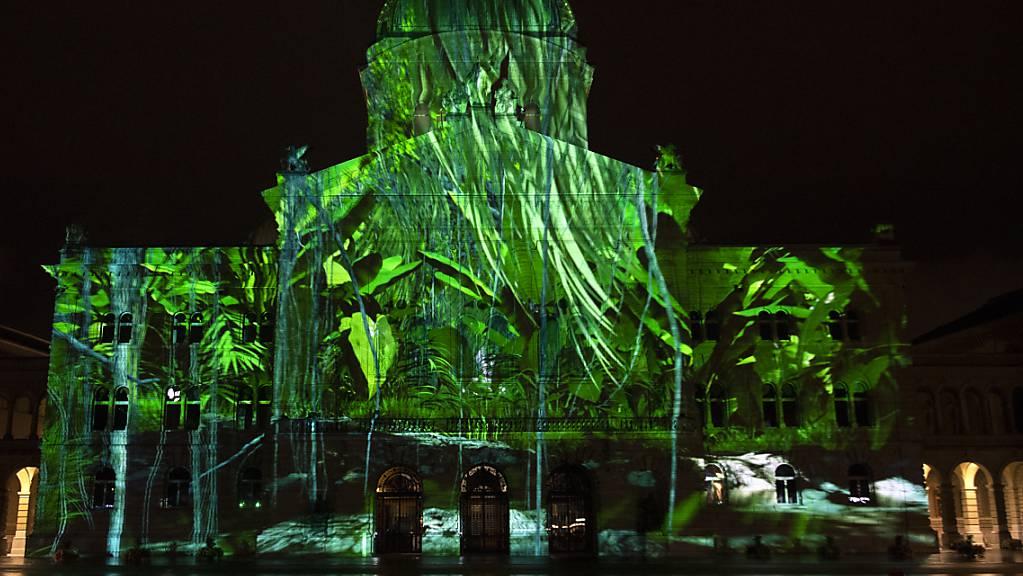 Das Lichtspektakel «Rendez-vous Bundesplatz» in Bern nimmt die vergangenes Jahr abgebrochene Show «Planet Hope» diesen Herbst wieder auf. (Archivbild)