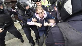 Die Polizei hat die bekannte Oppositionelle Lyubow Sobol kurz vor der Kundgebung in Moskau festgenommen.
