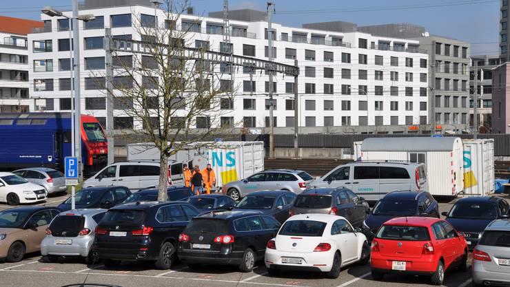Acht Parkplätze beim Bahnhof sind von Siemens-Containern belegt. Ab 7. Mai können dort wieder Pendler parkieren.