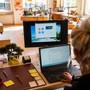 Laut einer neuen Umfrage wirkt sich das Homeoffice positiv auf viele Arbeitnehmende hierzulande aus.