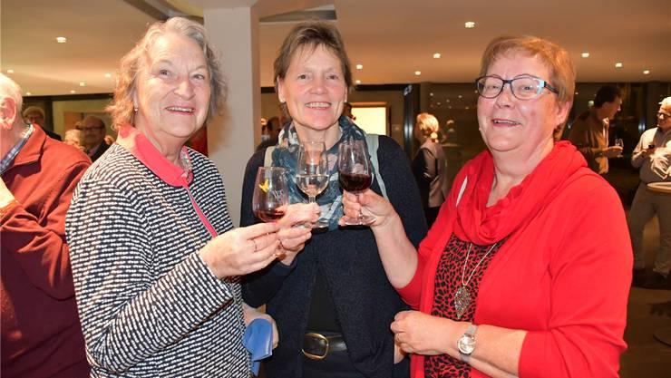 Diese drei Frauen aus Schinznach-Bad stossen nach der letzten Gemeindeversammlung an.