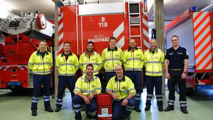 Das Foto zeigt die Herznotfallgruppe der Feuerwehr Balsthal bei der Übergabe vom neuen Gerät durch Urs Meister, unirett.