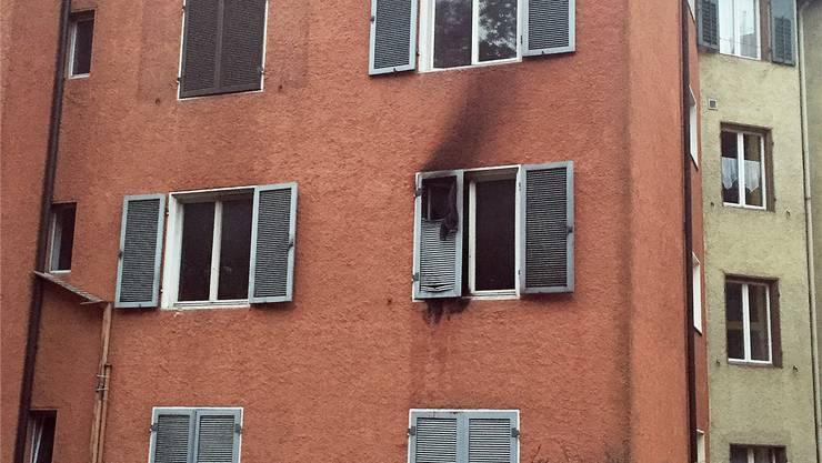 Der Wohnungsbrand am Meisenhardweg hinterliess Spuren an der Fassade.