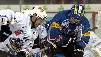 Kopf unten beim Zweikampf: Emanuel Peter (Biel, rechts) und Luganos Flavien Conne