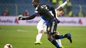 Einer von sieben als Ausländer geltenden Spieler des FC Basel: Adama Traoré, hier im Zweikampf mit Adrian Winter im Cup-Duell gegen den FC Zürich.