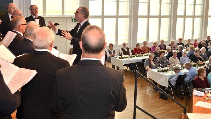 Der Männerchor Liederkranz bereicherte mit seinen Liedern den Seniorennachmittag in der Kretzhalle.