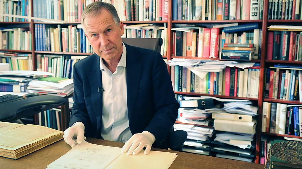 50 Jahre nach der Auszeichnung Willy Brandts mit dem Friedensnobelpreis kann der Direktor des Nobelinstituts, Olav Njølstad, die dessen Akte öffnen. An diesem Freitag wird verkündet, wer in diesem Jahr den Friedensnobelpreis erhält. Das Komitee wird seine Entscheidung um 11.00 Uhr bekannt geben. Foto: Sigrid Harms/dpa