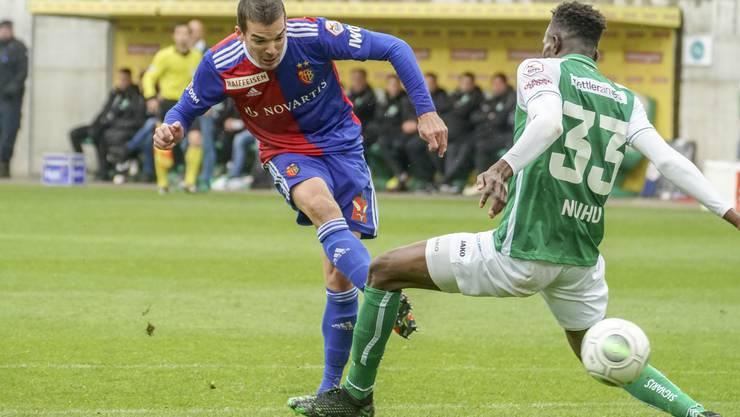 Am Schluss haben Musah Nuhu (r.) und der FC St. Gallen das Nachsehen gegen Kevin Bua (l.) und den FC Basel. Der FCB darf diesmal drei Punkte aus der Ostschweiz entführen.