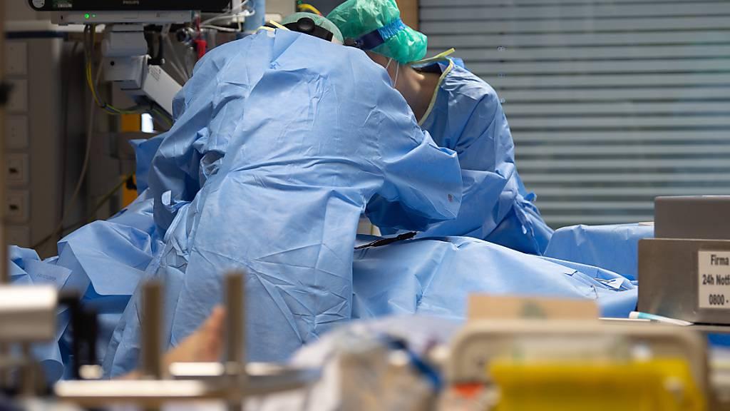 Ein Covid-19-Patient wird künstlich beatmet. Wegen der Corankrise starben im letzten Jahr 8,8 Prozent mehr Menschen in der Schweiz als ein Jahr zuvor.