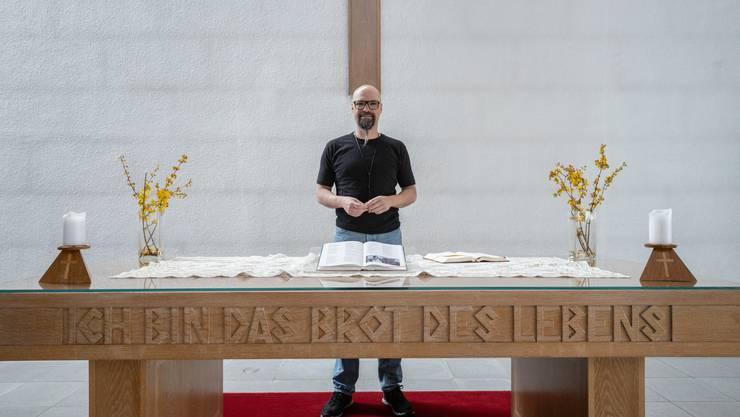 Pfarrer Sascha Thiel in der Zwinglikirche in Dulliken - hier hält er den Ostergottesdienst, den man online anschauen kann.