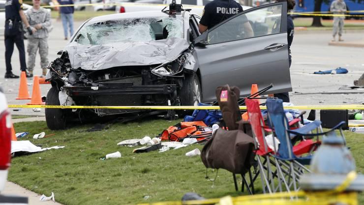Trümmerfeld nach dem Unfall bei einer Parade einer Hochschule in Oklahoma: Mindestens vier Menschen starben, als eine Frau mit dem Auto in eine Menschenmenge raste.