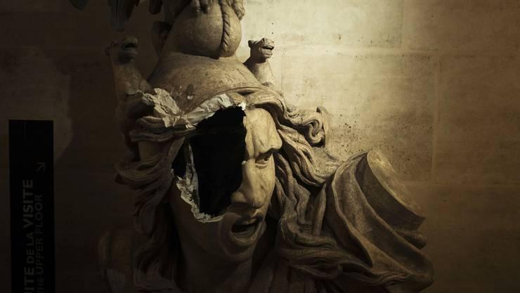 Beschädigte Marianne, beschädigte Demokratie? Das Staatssymbol der Französischen Republik in der Galerie im Arc de Triomphe in Paris litt unter den Protesten der Gelbwesten am 1. Dezember 2018.