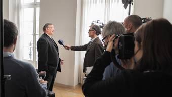 13. Dezember 2012: Regierungsrat Adrian Ballmer stellt sich nach seiner Rücktrittsankündigung den Medien. Martin Toengi