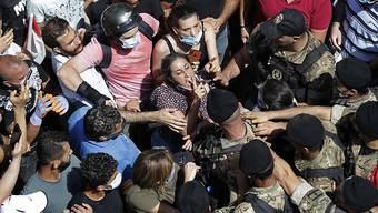 In der libanesischen Hauptstadt Beirut ist es nach der verheerenden Explosion im Hafengelände vereinzelt zu Demonstrationen gekommen.