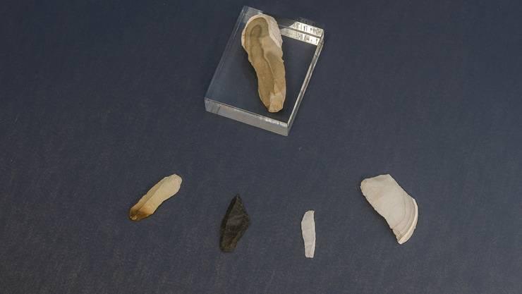 Feuersteingeräte aus dem Chesselgraben verraten die Anwesenheit des Menschen vor 16'000 Jahren. (Foto: Jürg Stauffer)