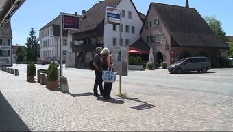 Der Feiertag Maria Himmelfahrt spaltet das Dorf Erlinsbach und führt zu ÖV-Problemen. Doch auch die Einkaufsmöglichkeiten sind beschränkt.
