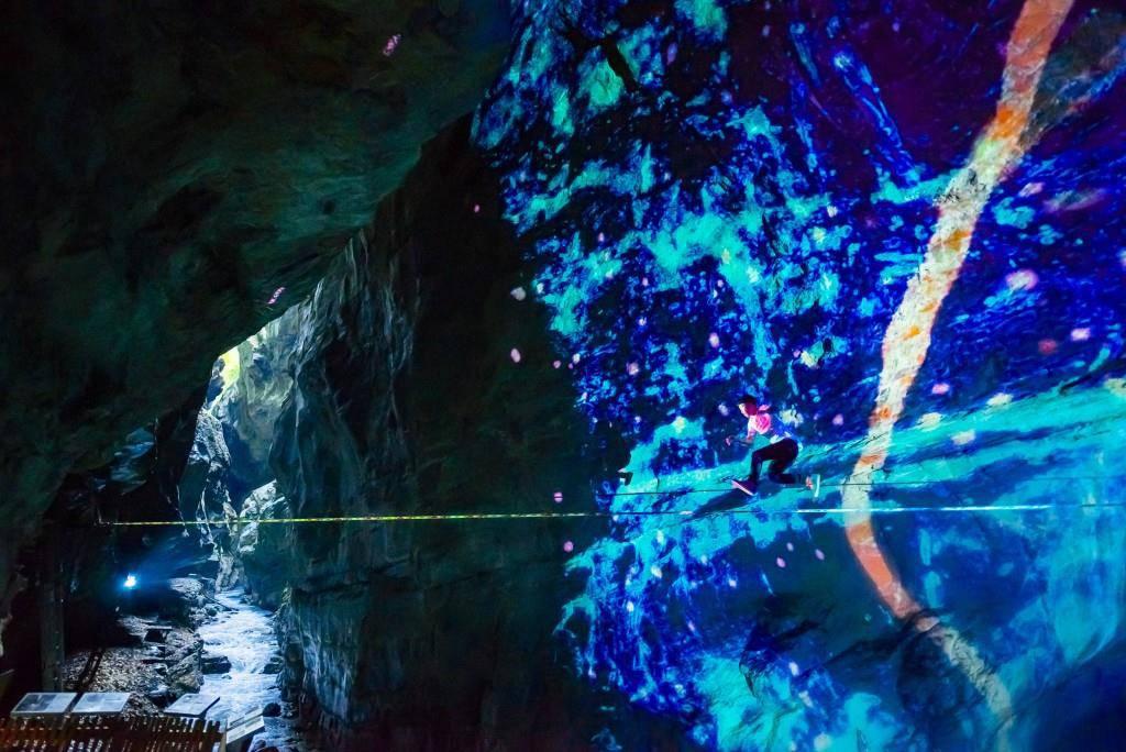 Kurz vor «Ragaz Light» sorgt einer der weltbesten Slackliner für Furore in Bad Ragaz. (© Jean-Christophe Dupasquier/Red Bull Content Pool)