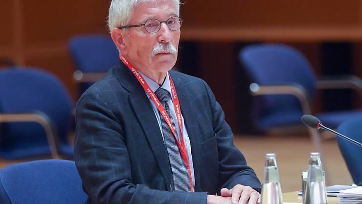 Thilo Sarrazin sitzt im Hans-Jochen-Vogel-Saal im Willy-Brandt-Haus an einem Tisch und wartet auf den Beginn der Verhandlung. Foto: Wolfgang Kumm/dpa
