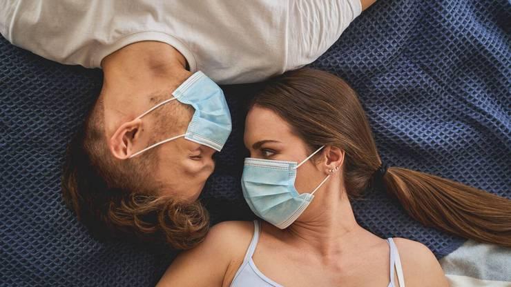 Sollen Paare wegen Corona nur noch mit Masken nebeneinander schlafen?