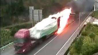 Ganz schön mutig: Der Fahrer steuert seinen LKW aus dem Tunnel, das Fahrzeug brennt komplett aus.