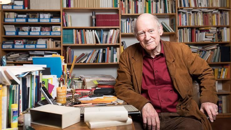«Du hattest ein Buch, das Dir gefallenhat, 50 Jahre später kannst Du es wieder hervornehmen. Das ist eine Bibliothek!»: Franz Hohler vor der Bücherwand in seinem Arbeitszimmer.