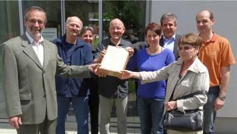 Delegationen von Gemeinde, Referendumskomitee und Novoplast AG bei der Übergabe der Unterschriften. – Foto: chr