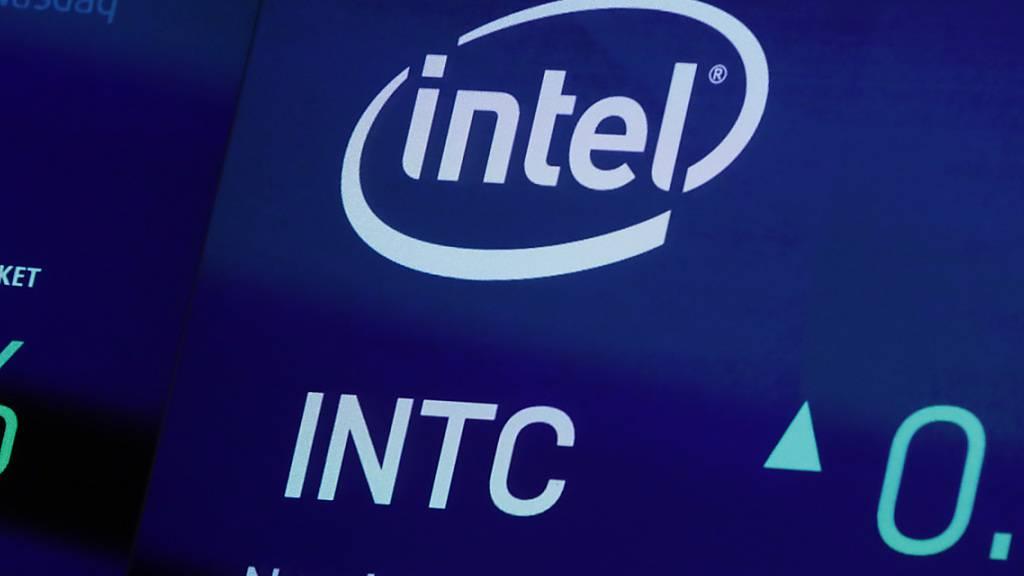 Der Chipriese Intel hat angesichts der globalen Halbleiter-Knappheit den Ausbau seiner Produktionskapazitäten angekündigt. Zum einen will der Konzern zwei neue Fabriken im US-Bundesstaat Arizona bauen. (Archivbild)