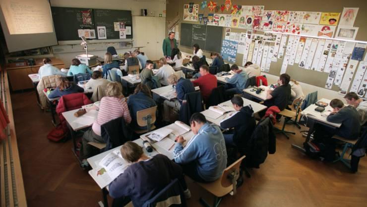 Ab dem neuen Schuljahr, das nächste Woche beginnt, werden an der Basler Sekundarstufe die Schrauben angezogen. (Symbolbild)