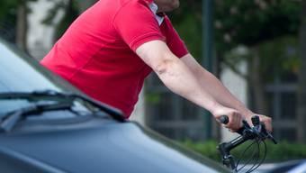 Die Polizei sucht einen neueren, schwarzen VW Golf mit roten Zierstreifen an der Stossstange.
