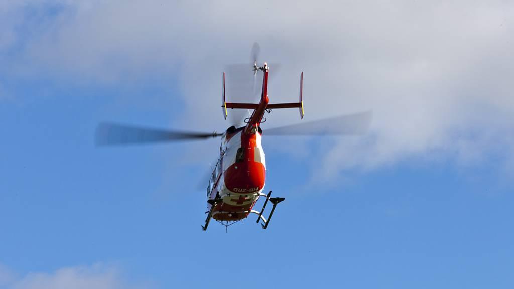 Die verletzte Reiterin wurde mit einem Helikopter der Schweizerischen Rettungsflugwacht (Rega) in ein Spital geflogen. (Symbolbild)