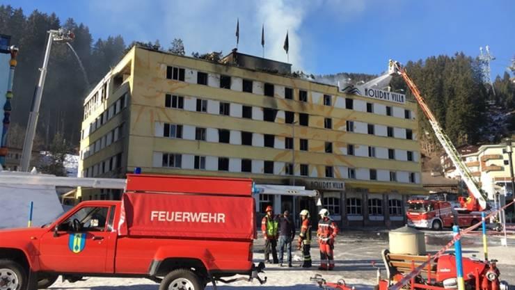 36 Stunden dauerte es, bis das brennende Hotel in Arosa GR vollständig gelöscht war. Das Gebäude kann wegen Einsturzgefahr nicht betreten werden.