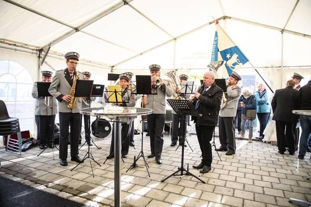 Die Musikgesellschaft Subingen spielt auf.