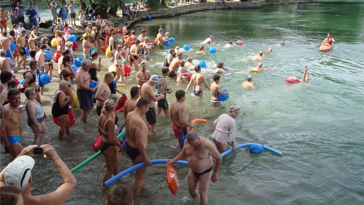 Zu Beginn des Rheinschwimmens kann es am Ufer eng werden. ZVG