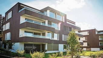 Verschiedenfarbige Solarmodule zieren die Fassade der Wohnüberbauung in Männedorf.