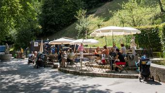 Gut besucht: Gäste verbringen ihre Mittagspause bei der «Kajüte» an der Limmatpromenade.