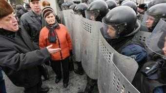 Demonstranten sprechen mit Polizisten in Kiew (Archivbild)
