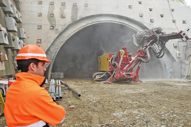 Die ersten Meter: Benjamin Karli vor dem Portal Ost des bergmännischen Tunnels.