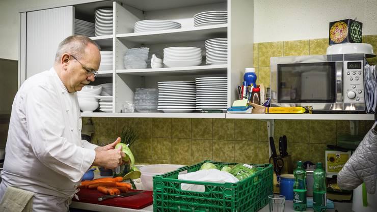 Jeden Morgen rüstet Rossal 10 kg Gemüse.