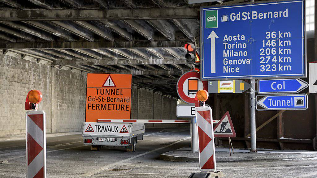 Nach einer dreimonatigen Sperrung wird der Tunnel am Grossen St. Bernhard an Heiligabend wieder für den Verkehr freigegeben und bleibt bis am 1. Januar kostenlos.