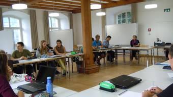 «Der erste Satz»: Autorin Marion Poschmann (hinten) sowie Schülerinnen und Schüler der Kantonsschule Wettingen beim Workshop.