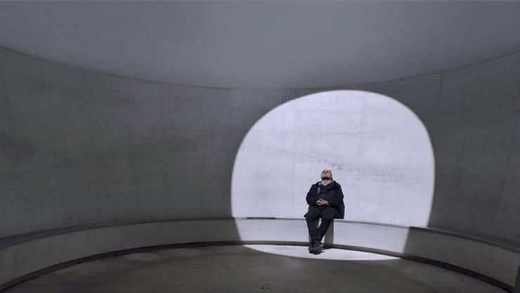 Regisseur Christoph Schaub im «Sky Space» von James Turrell im Engadin auf der Suche nach der Magie von Räumen. ho