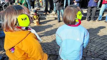 Enthüllt Fasnachtsober: Markus Gfeller (links) findet, «Ab i Dschungu» biete viel Spielraum.  (Fotos: Oliver Menge)