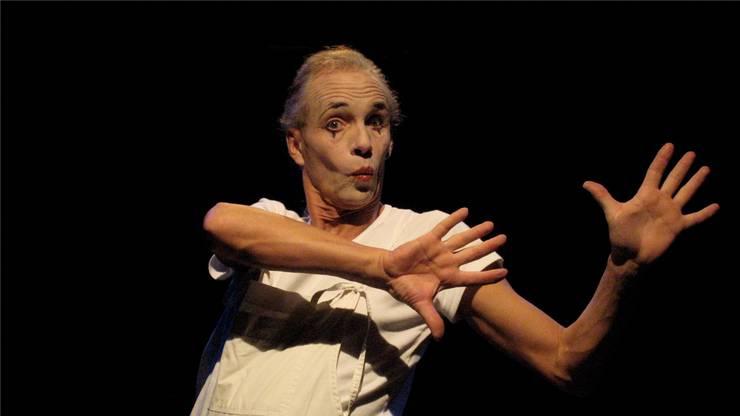 Stella Palino 2007 mit einem Pantomime-Auftritt.