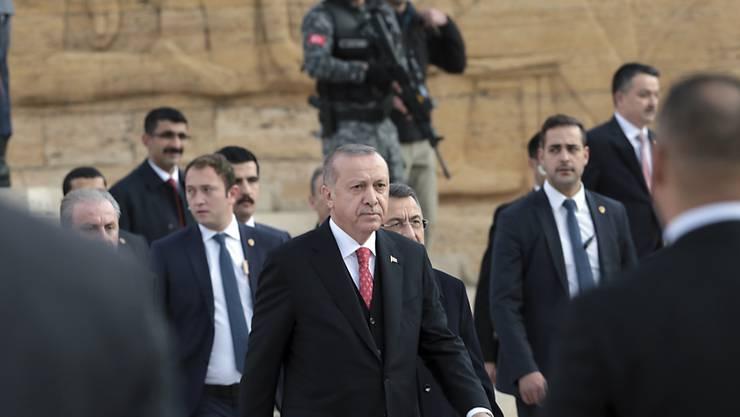 """Schlägertrupps des türkischen Präsidenten Recep Tayyip Erdogan (Mitte) sollen sich laut der """"NZZ am Sonntag"""" ihre Waffen in der Schweiz besorgt haben. (Archivbild)"""